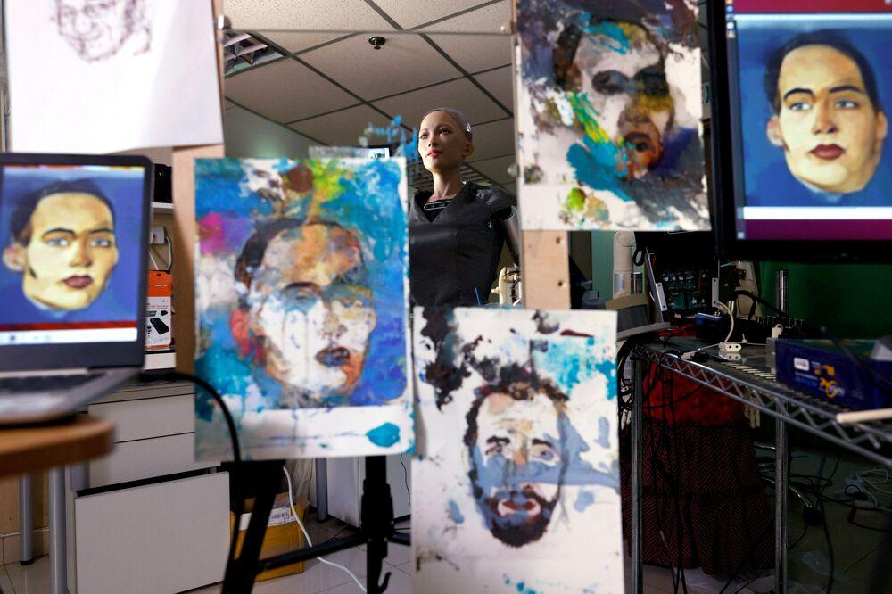 Il robot Sophia da Ganson Robotics con i suoi dipinti che sono stati proposti all'asta a Hong Kong