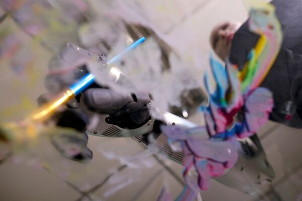 Il robot Sophia dipinge i dipinti che sono stati proposti all'asta a Hong Kong - Sputnik Italia