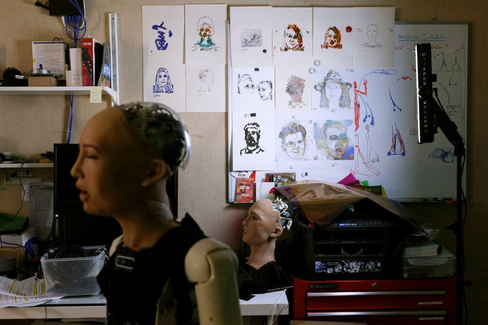 I dipinti del robot Sophia
