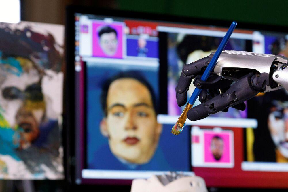 Il robot umanoide Sophia da Hanson Robtics con un pennello nelle sue mani