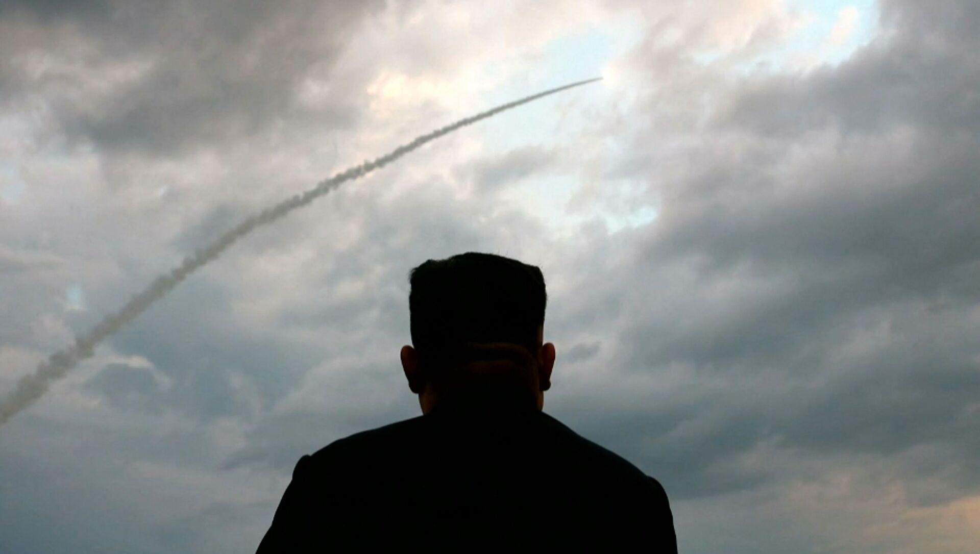 Il leader nordcoreano Kim Jong-un assiste al lancio di un missile balistico - Sputnik Italia, 1920, 27.03.2021
