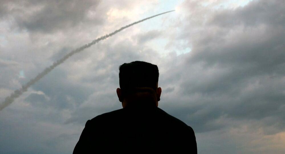 Il leader nordcoreano Kim Jong-un assiste al lancio di un missile balistico
