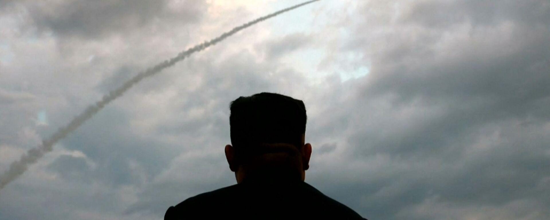Il leader nordcoreano Kim Jong-un assiste al lancio di un missile balistico - Sputnik Italia, 1920, 08.07.2021