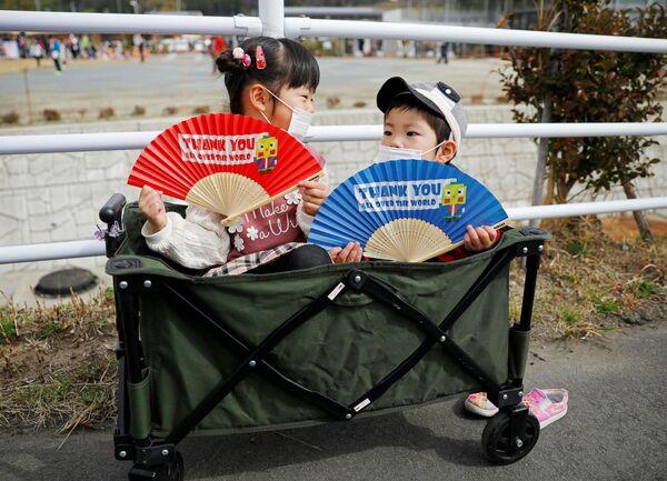 Bambini che aspettano la partenza della fiaccola olimpica - Sputnik Italia