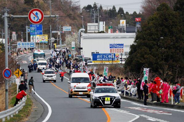 I tedofori, accompagnati da un convoglio, durante il primo giorno della staffetta della torcia a Fukushima - Sputnik Italia