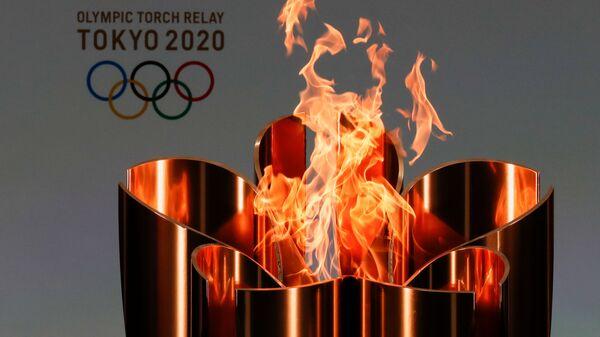 Олимпийский огонь во время эстафеты Олимпийского огня в Токио-2020 в префектуре Фукусима, Япония - Sputnik Italia