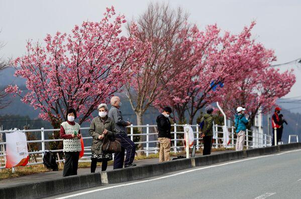 Le persone in mascherina aspettano la staffetta della torcia a Fukushima - Sputnik Italia