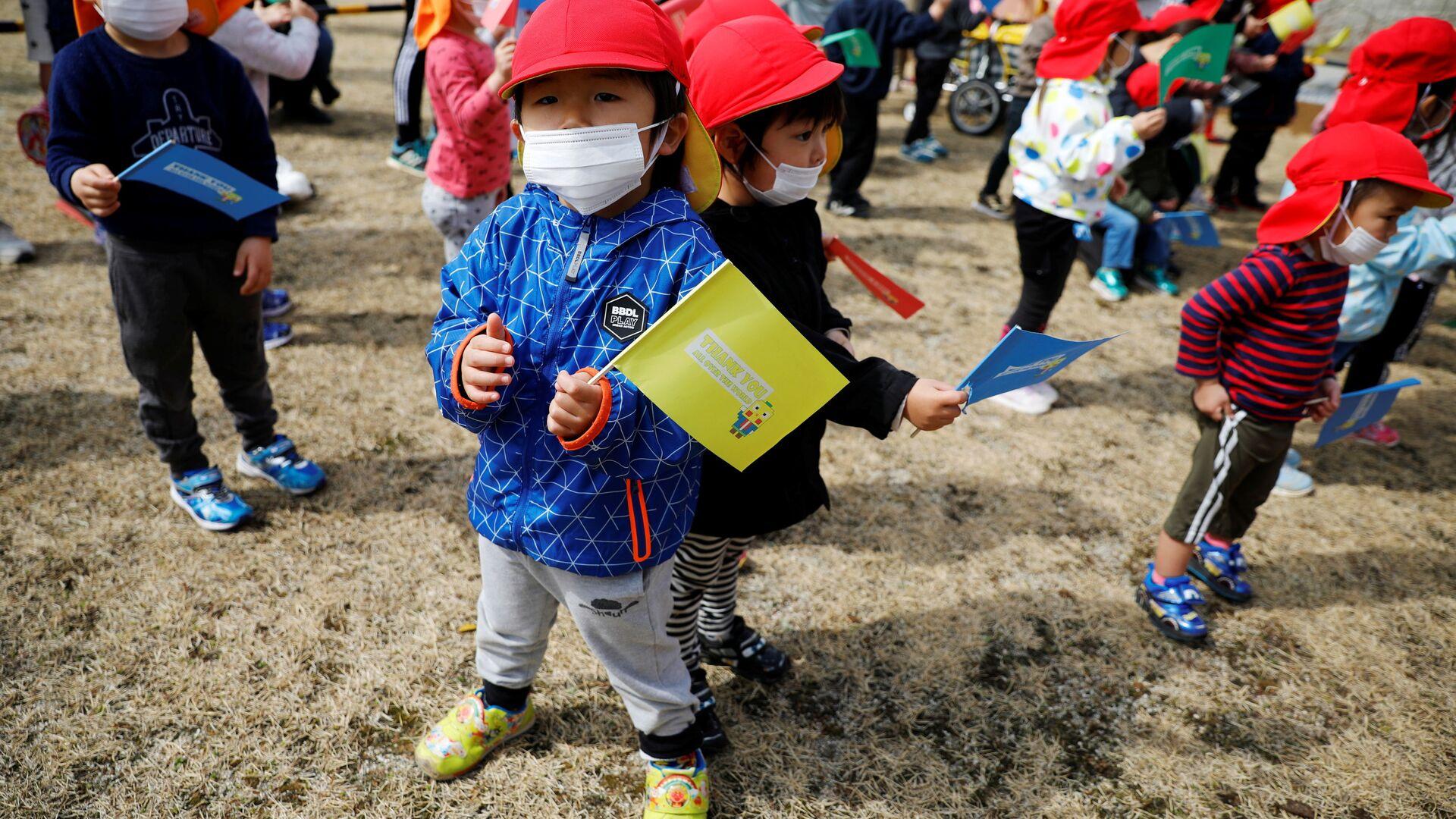 Дети во время эстафеты огня в префектуре Фукусима - Sputnik Italia, 1920, 03.08.2021