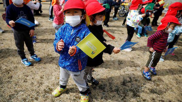 Дети во время эстафеты огня в префектуре Фукусима - Sputnik Italia