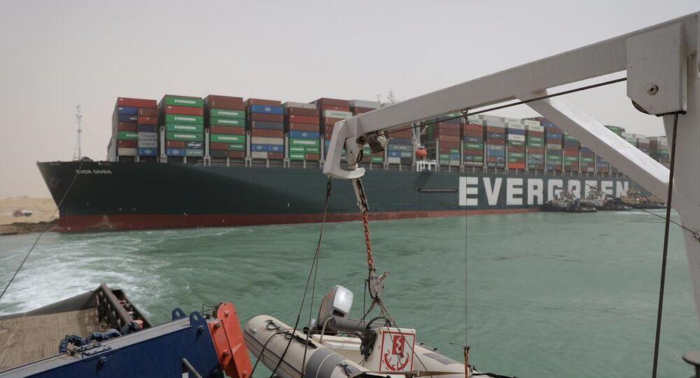 La nave cargo Ever Given arenata sul Canale di Suez