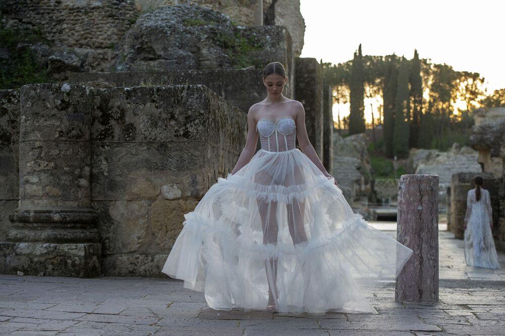 Le modelle presentano una collezione di Inma Castrejon durante la Fashion Week a Siviglia il 21 marzo 2021