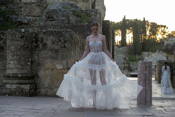 Le modelle presentano una collezione di Inma Castrejon durante la Fashion Week a Siviglia il 21 marzo 2021 - Sputnik Italia