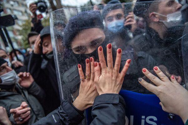 Donne turche durante una manifestazione contro il ritiro della Turchia dalla Convenzione di Istanbul sulla protezione delle donne, Istanbul - Sputnik Italia