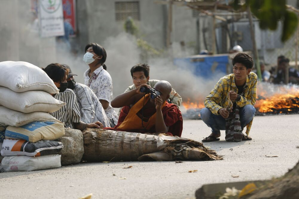 Un monaco buddista dietro una barricata stradale a Mandalay, Myanmar