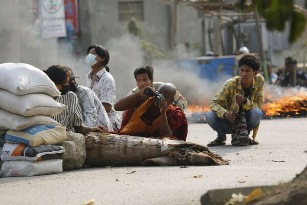 Un monaco buddista dietro una barricata stradale a Mandalay, Myanmar - Sputnik Italia