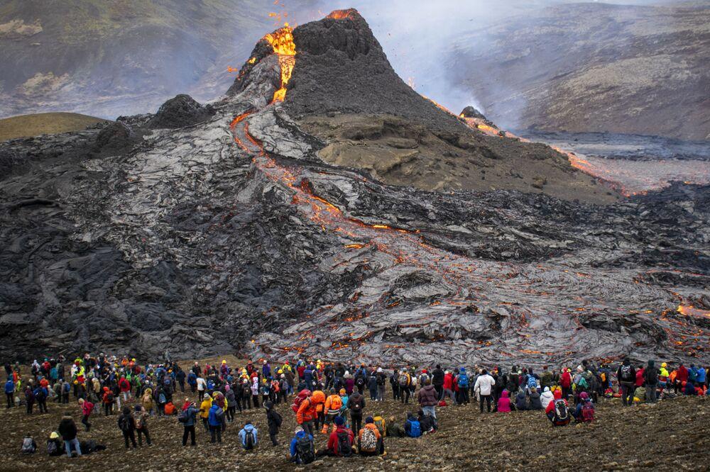 La gente guarda un'eruzione vulcanica in Islanda