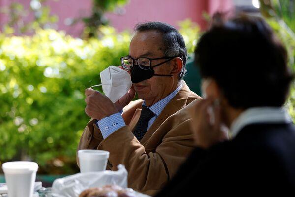 Ricercatori messicani hanno creato un'insolita mini mascherina sanitaria che protegge solo il naso e che servirebbe a permettere di mangiare - Sputnik Italia