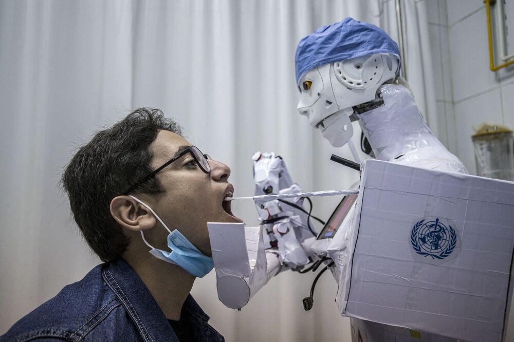Un robot effettua un'analisi per rivelare il coronavirus in un ospedale in Egitto