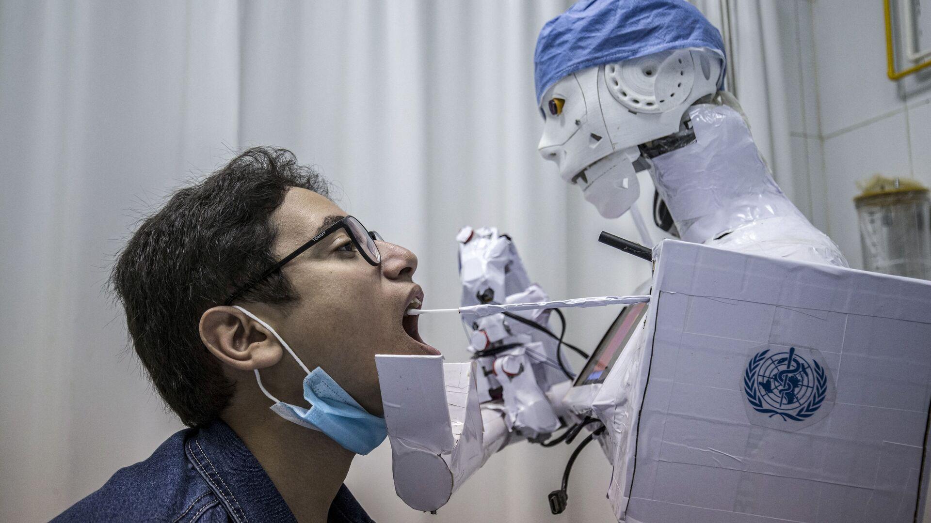 Робот берет анализ на коронавирус в одной из больниц Египта - Sputnik Italia, 1920, 17.07.2021