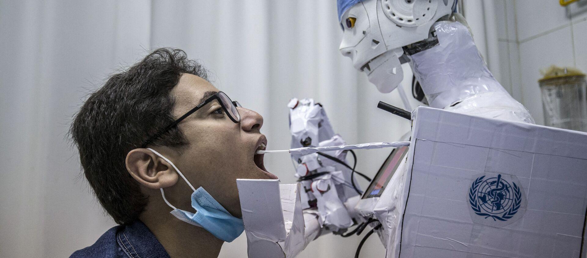 Робот берет анализ на коронавирус в одной из больниц Египта - Sputnik Italia, 1920, 06.04.2021