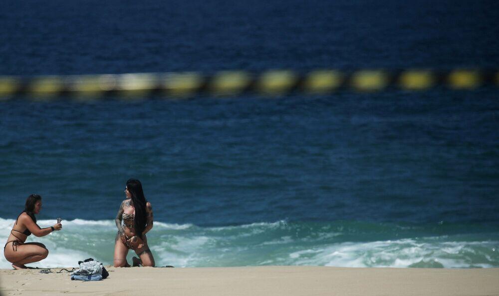 Ragazze sulla spiaggia di Ipanema in Brasile