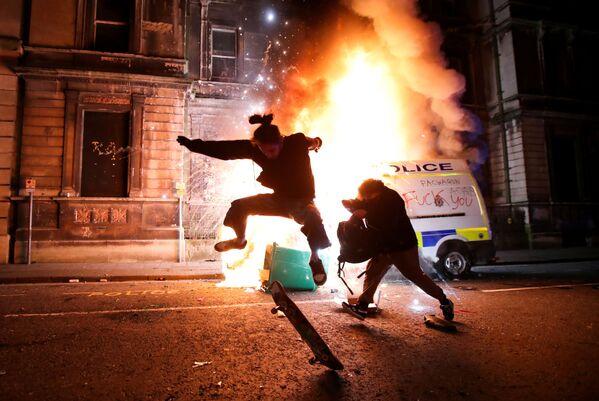 Un dimostrante durante una manifestazione di protesta contro una bozza di legge sulla polizia a Bristol, Gran Bretagna - Sputnik Italia