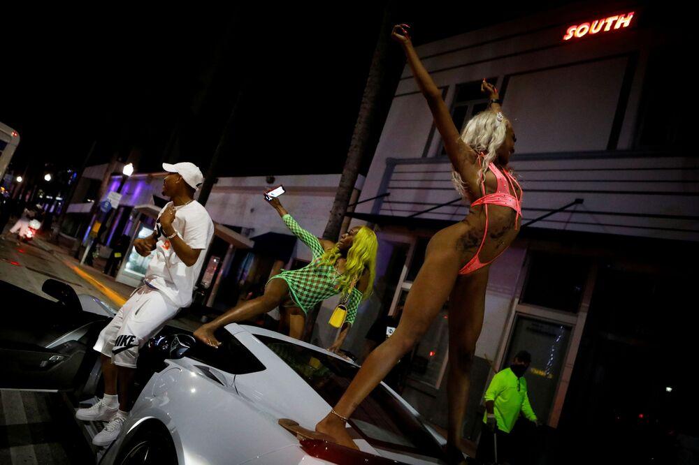 Le donne ballano sul tetto di un'auto a Miami Beach, in Florida, USA