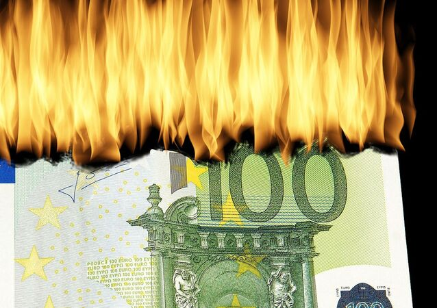 100 euro in fiamme - immagine metaforica