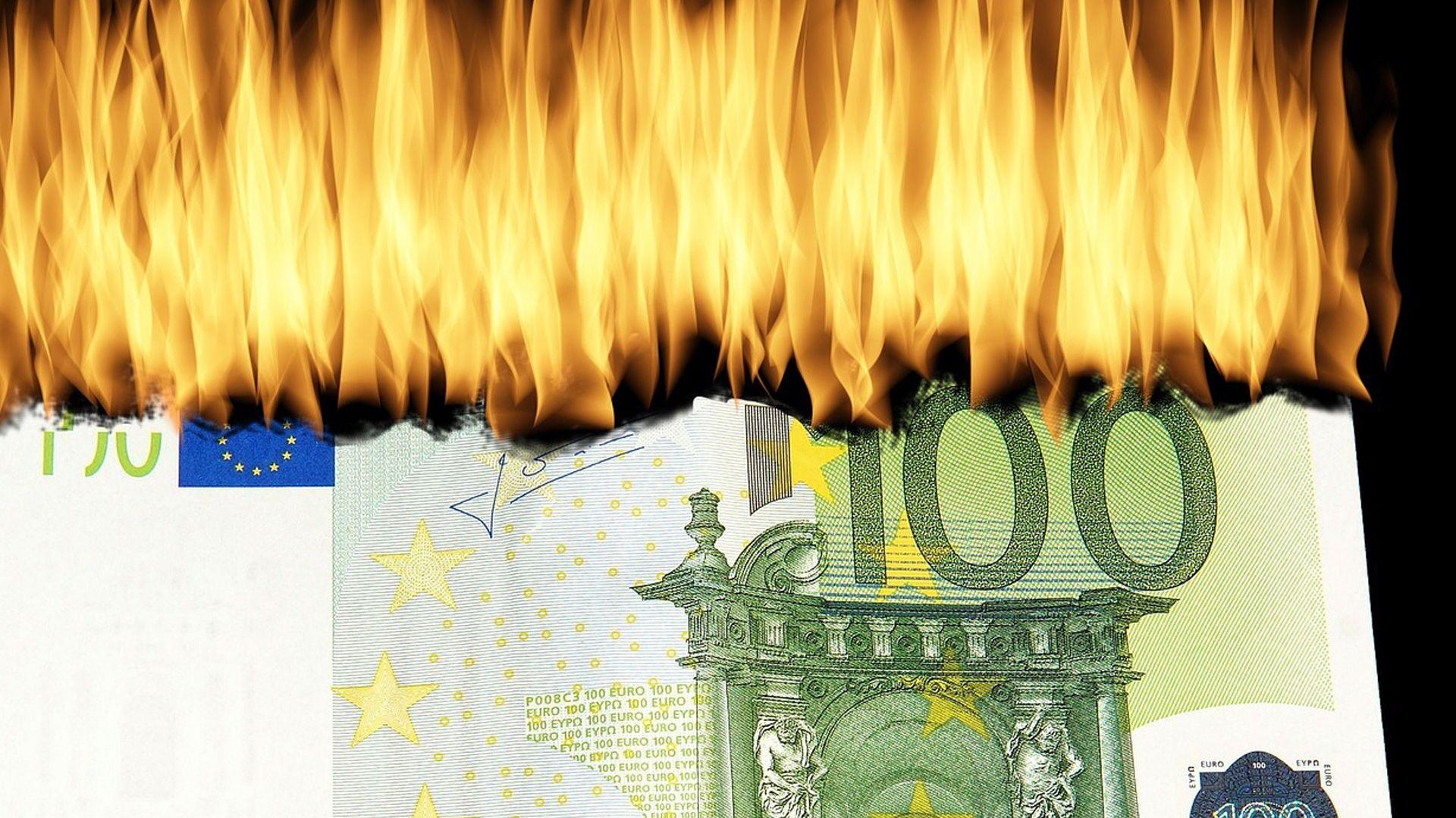 100 euro in fiamme - immagine metaforica - Sputnik Italia, 1920, 26.03.2021
