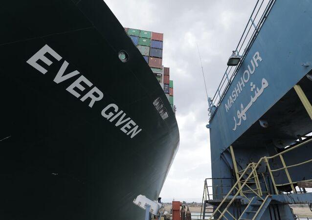 La nave Ever Given nel canale di Suez