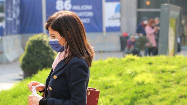 Una donna in una mascherina e con una bottiglia d'acqua - Sputnik Italia