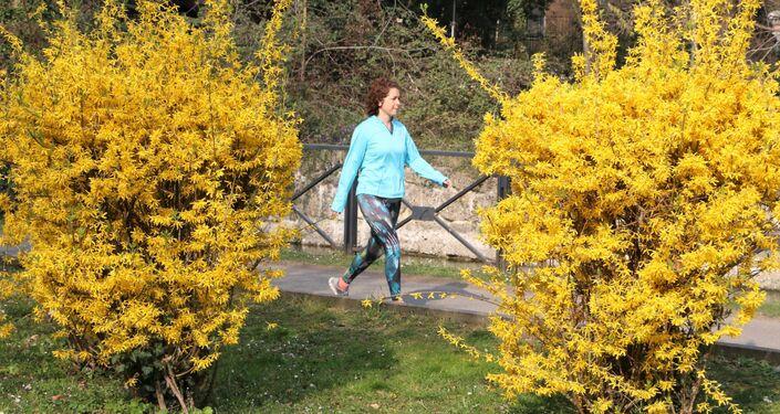 Una ragazza cammina in un parco