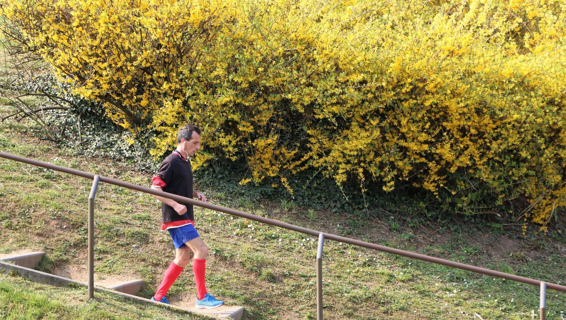 Un uomo corre in un parco - Sputnik Italia, 1920, 13.05.2021