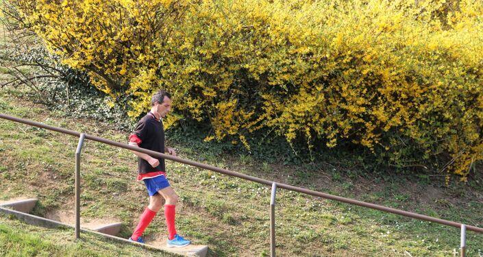 Un uomo corre in un parco