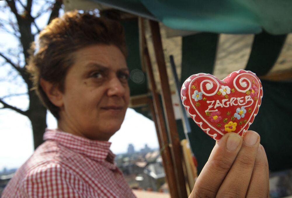 Una donna che tiene il pan di zenzero croato Licitar nelle sue mani, Zagabria