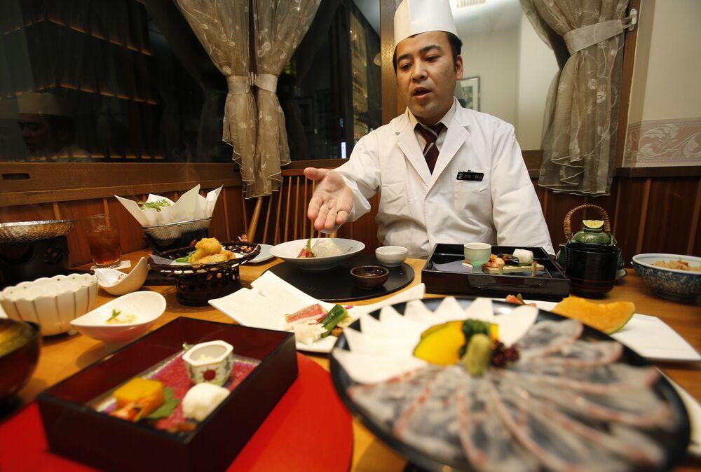 Lo chef parla del menu di un ristorante giapponese a Tokyo, in Giappone