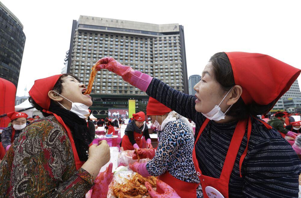 Una donna prova il kimchi durante un festival a Seoul, in Corea del Sud