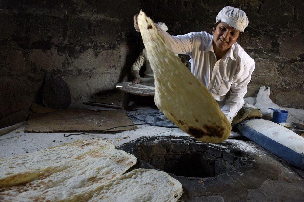 Una donna armena prepara il lavash, Armenia