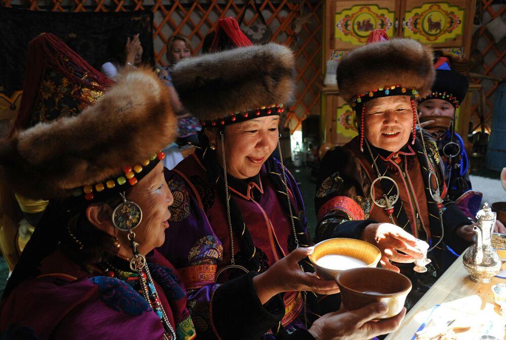 Le donne bevono kumis in una yurta tradizionale dei Buriati nel territorio della Dauria (Transbajkalia)