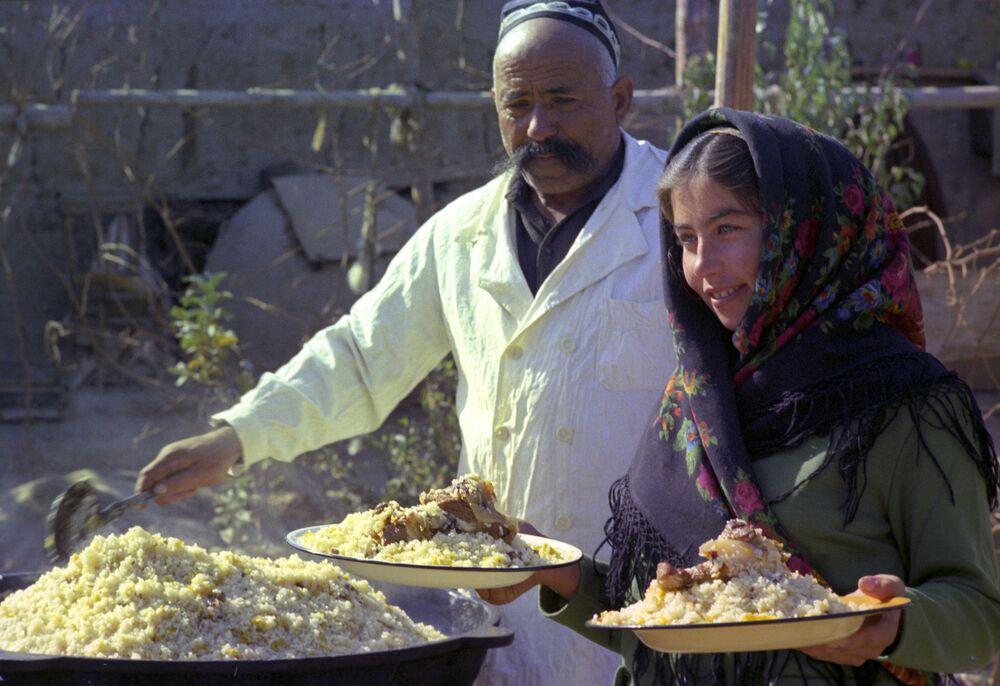 Il pilaf uzbeko nella strada di Khiva, Uzbekistan