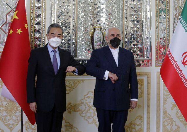 Il ministro degli Esteri iraniano Mohammad Javad Zarif accoglie il suo omologo cinese Wang  Yi e nella capitale Teheran, in Iran