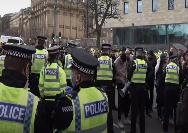 I manifestanti protestano a Bradford