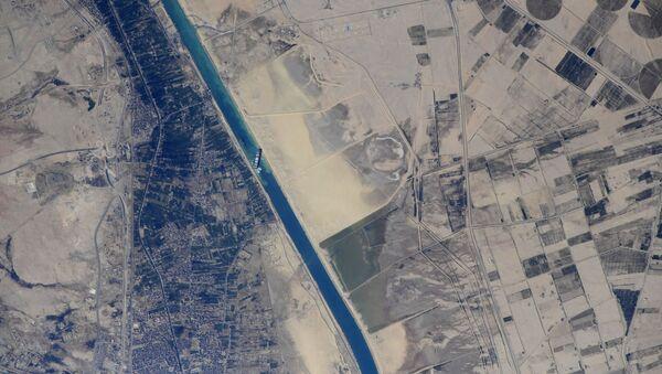 Astronauta fotografa dalla Iss la nave Ever Given arenata nel Canale di Suez  - Sputnik Italia