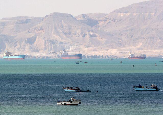 Navi in attesa all'ingresso del Canale di Suez bloccato da Ever Given