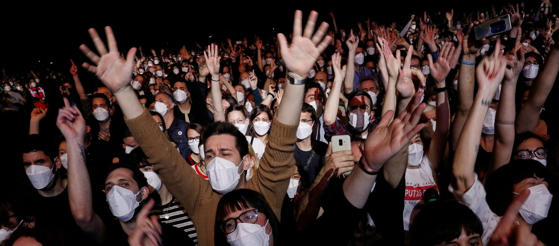 People wearing protective masks attend a concert of Love of Lesbian at the Palau Sant Jordi, the first massive concert since the beginning of the coronavirus disease (COVID-19) pandemic in Barcelona, Spain, March 27, 2021. - Sputnik Italia, 1920, 29.03.2021
