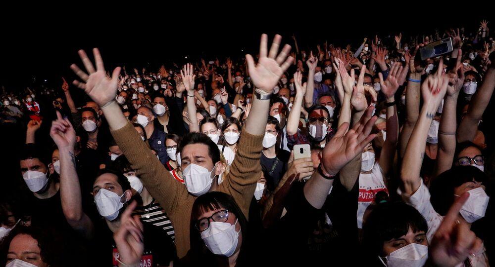 Spettatori del concerto rock a Barcellona