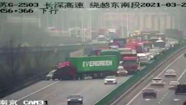 Грузовик с контейнером Evergreen во время затора в Китае  - Sputnik Italia