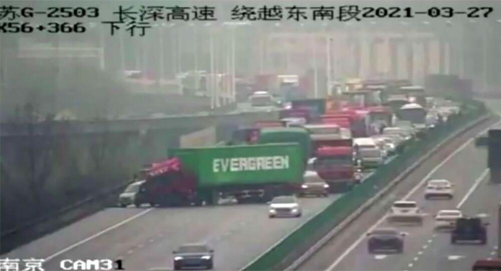 Maledizione continua: dopo il Canale di Suez Evergreen paralizza traffico con camion in Cina - Foto