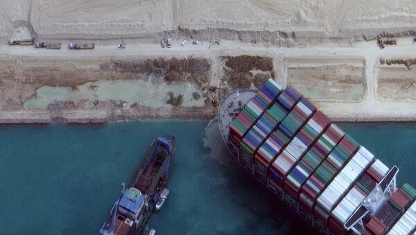 La nave Ever Given rimasta incagliata nel Canale di Suez ha iniziato a girare, ma non galleggia ancora - Sputnik Italia