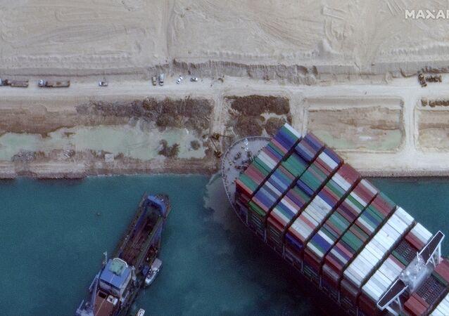 La nave Ever Given rimasta incagliata nel Canale di Suez ha iniziato a girare, ma non galleggia ancora